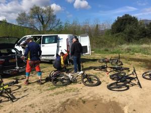 De bikes uitpakken voor een test ride