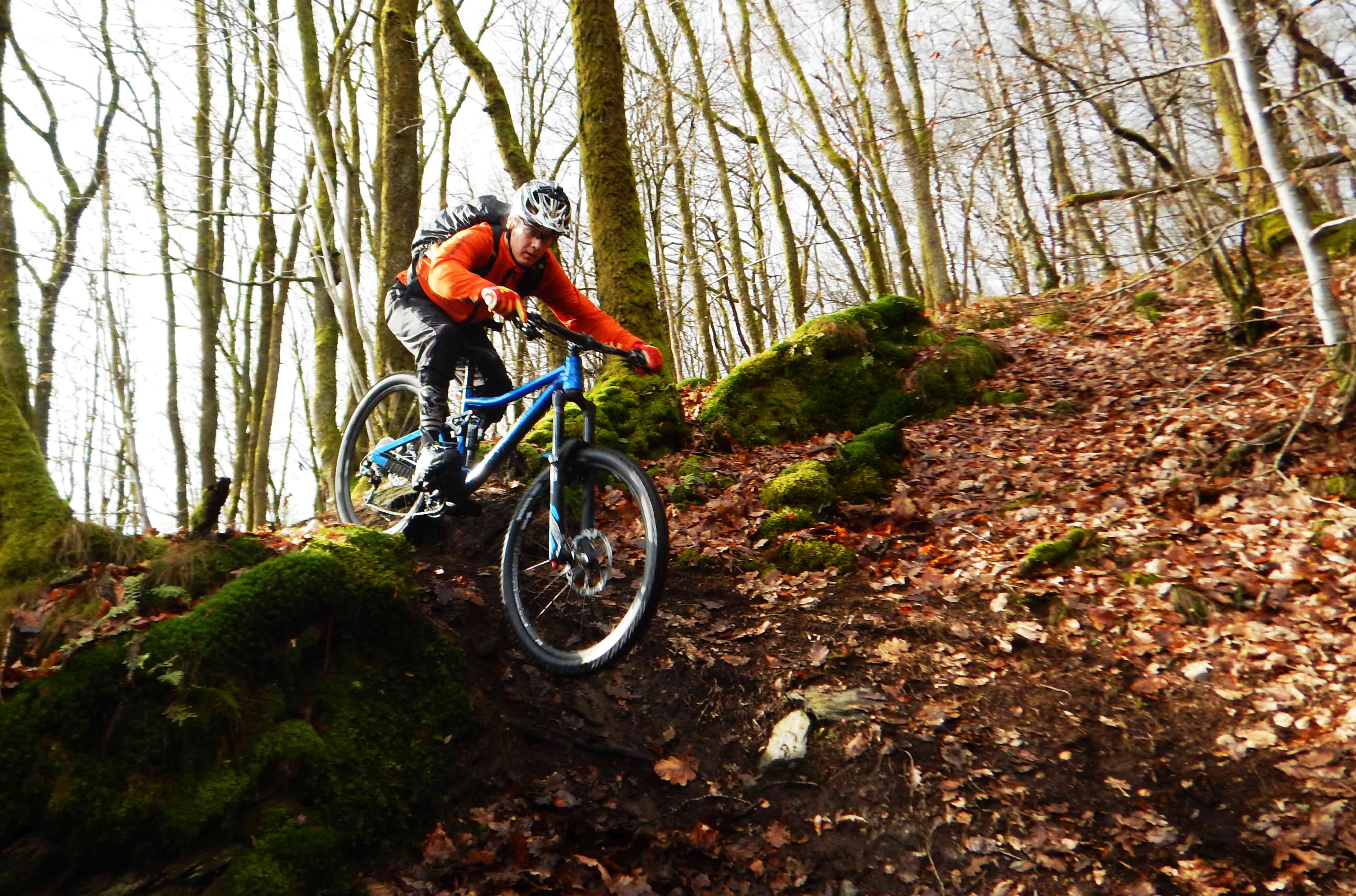 Robbert dropt in een technische trail in het franse bos in de Ardennen