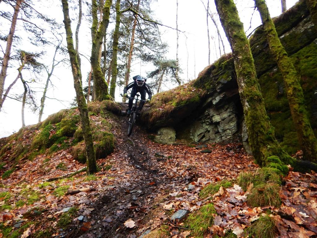 Martijn dropt een trail over een rots formatie in Les-Haute riviere