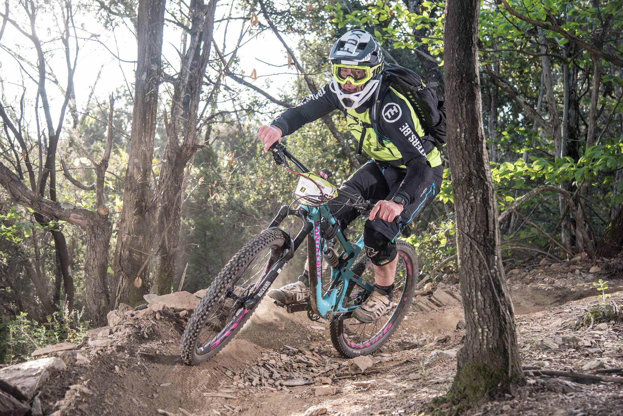 Bart van de Trailhunters rijdt door een bocht over een stoffige droge trail in frankrijk tijdens de Radon Epic Enduro