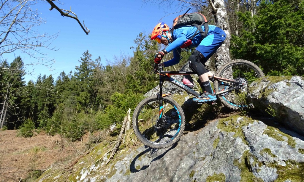 Mikey rijdt over een grote rotsplaat in Remouchamps in België