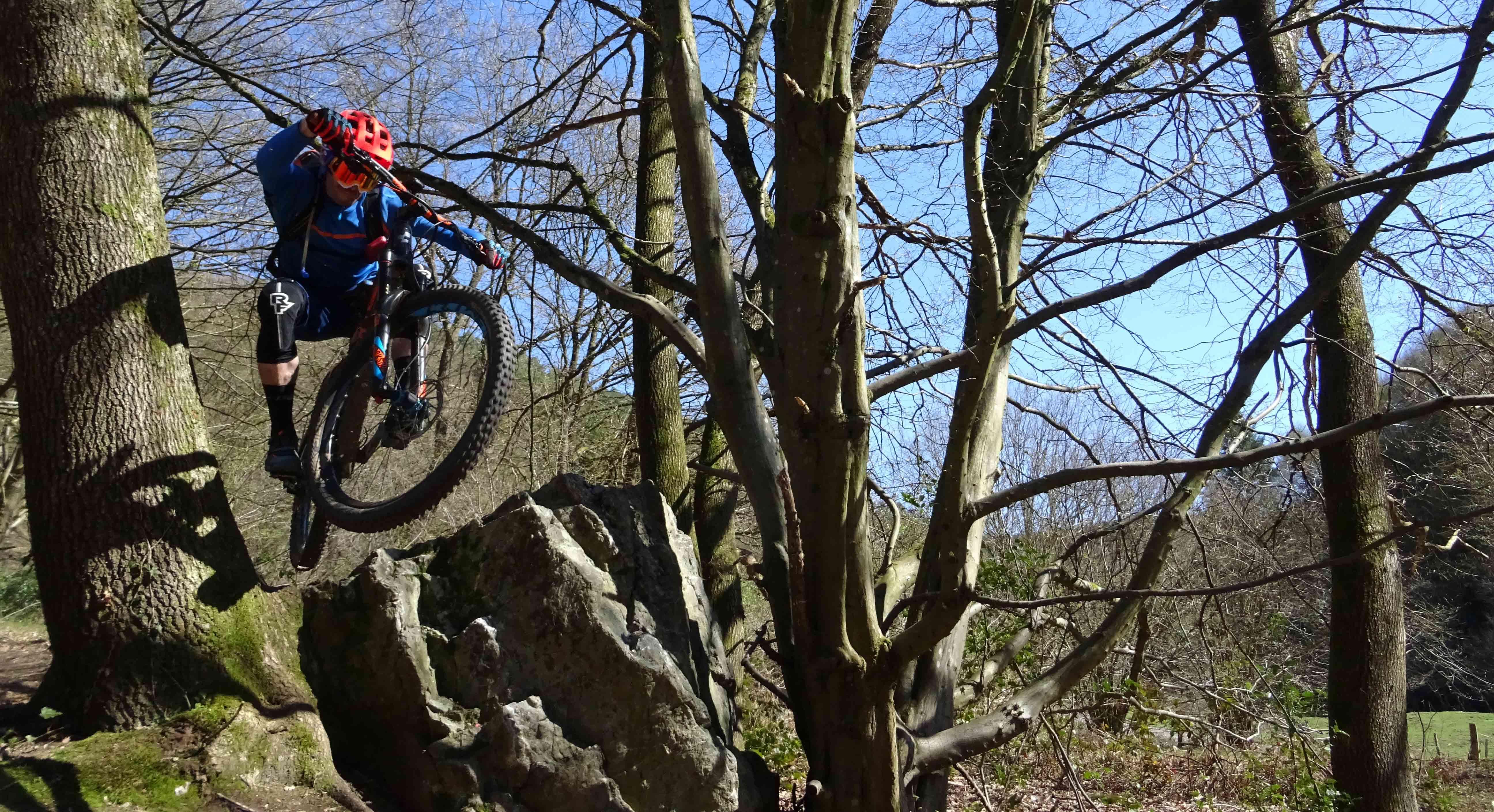 Dikke jump over een groot rotsblok in remouchamps
