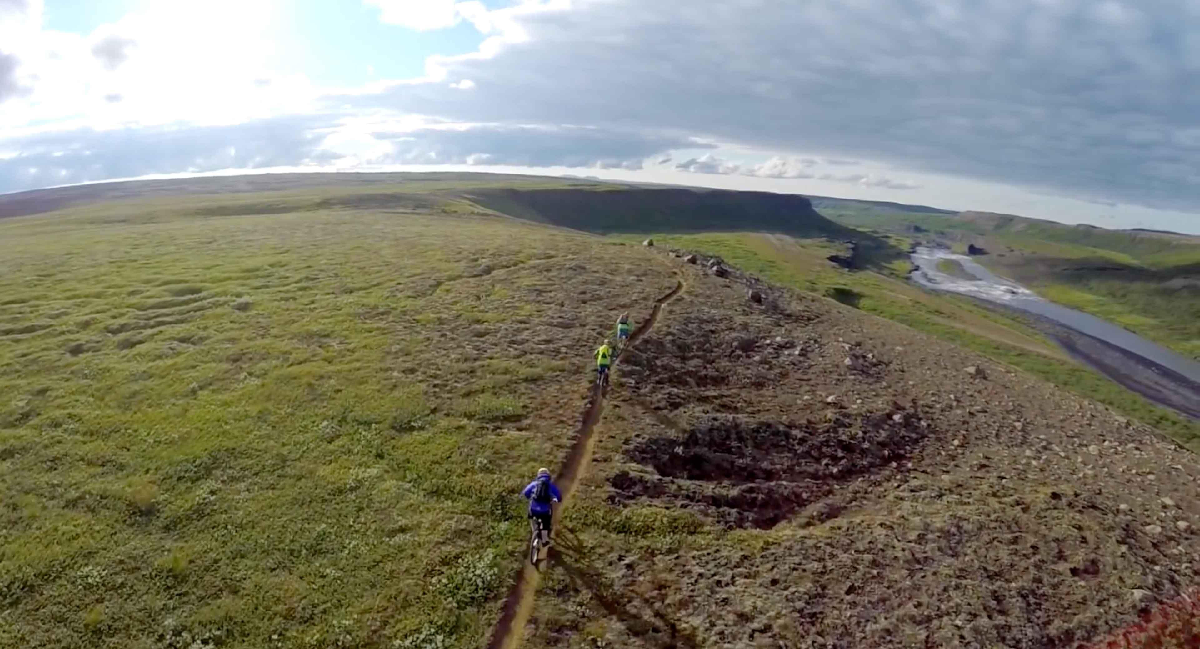Prachtig uitzicht op Ijslandmet mountainbikers die over een trail rijden