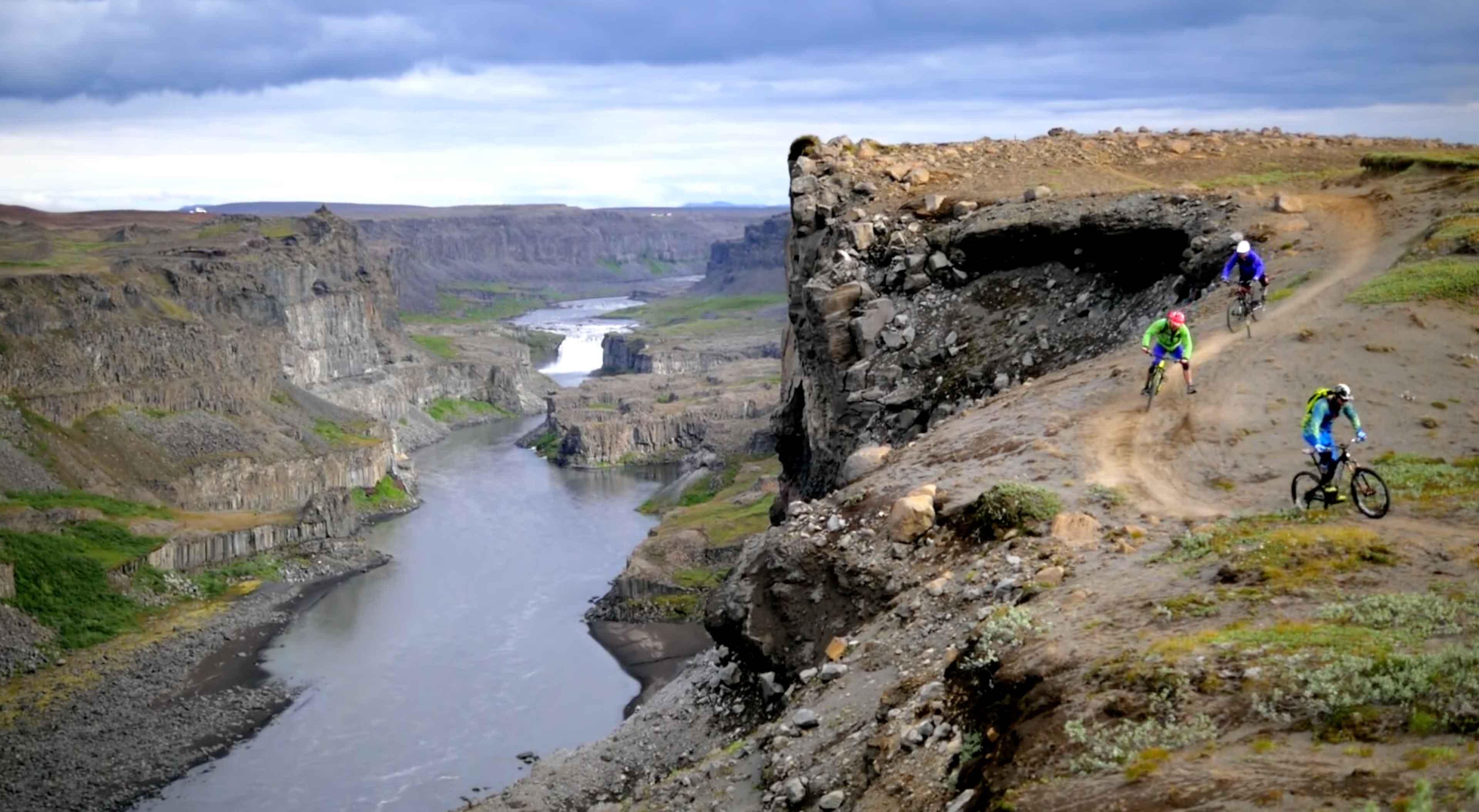 Ijsland rotsformatie met mountainbikers die over een trail rijden