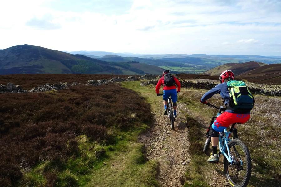 Rik en Bram beginnen aan een afdaling over een trail vol met stenen.