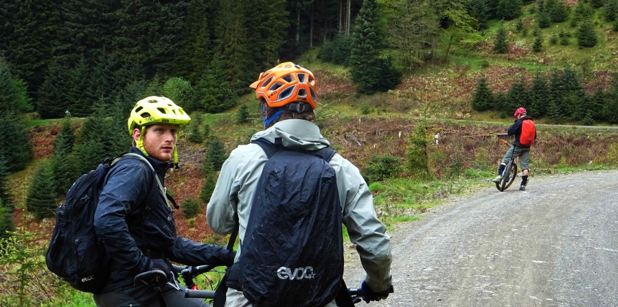 Bram zoekt de weg in het bikepark in Tweedvalley Schotland