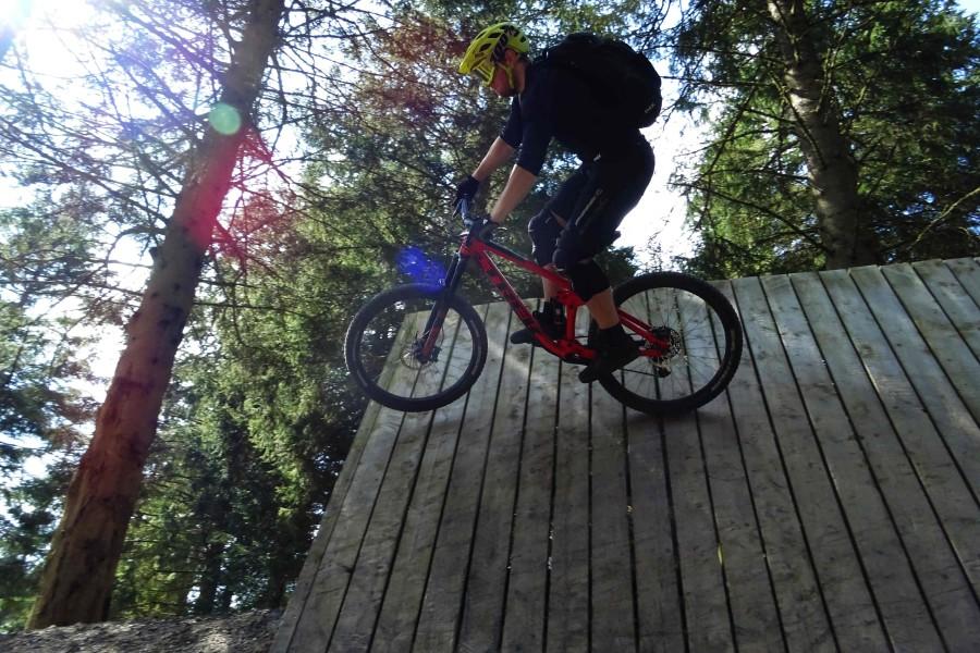 Hielke pakt een wallride in Schotland bikepark 7stanes