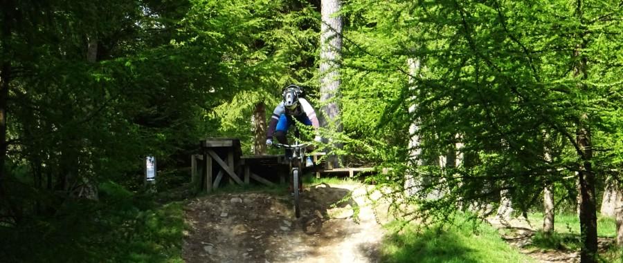Rik dropt in het bikepark in tweedvalley