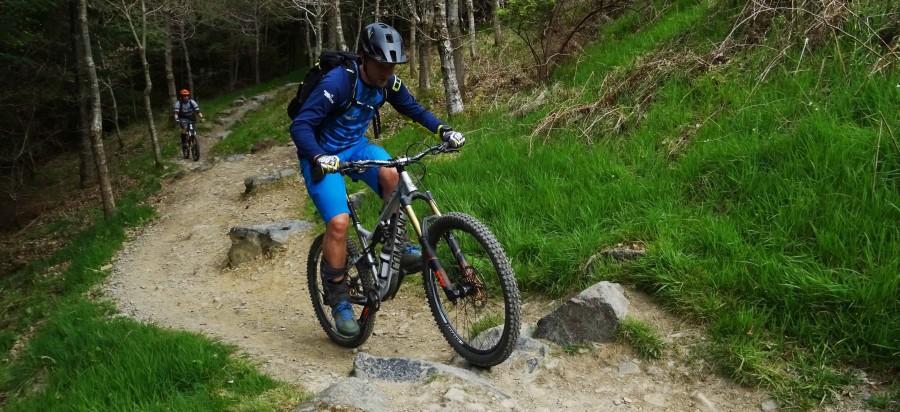 Rik klimt omhoog over een trail in Schotland