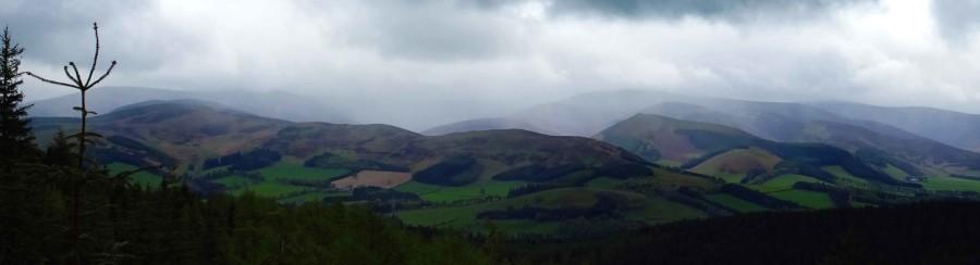 Weids uitzicht over het landschap van Schotland in Tweedvalley, dreigende wolken met regen hangen boven het landschap