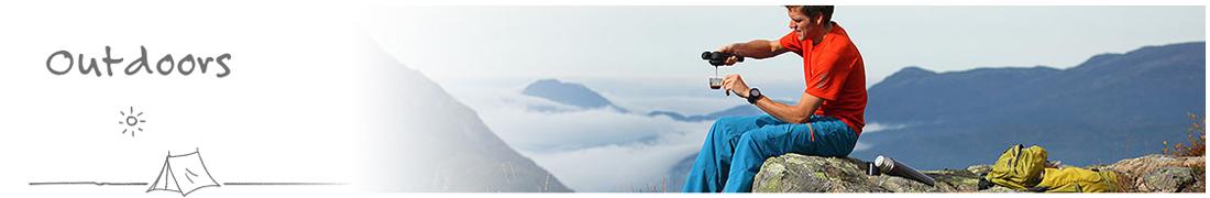 een man maakt op een berg top een espresso met zijn hand espresso machine