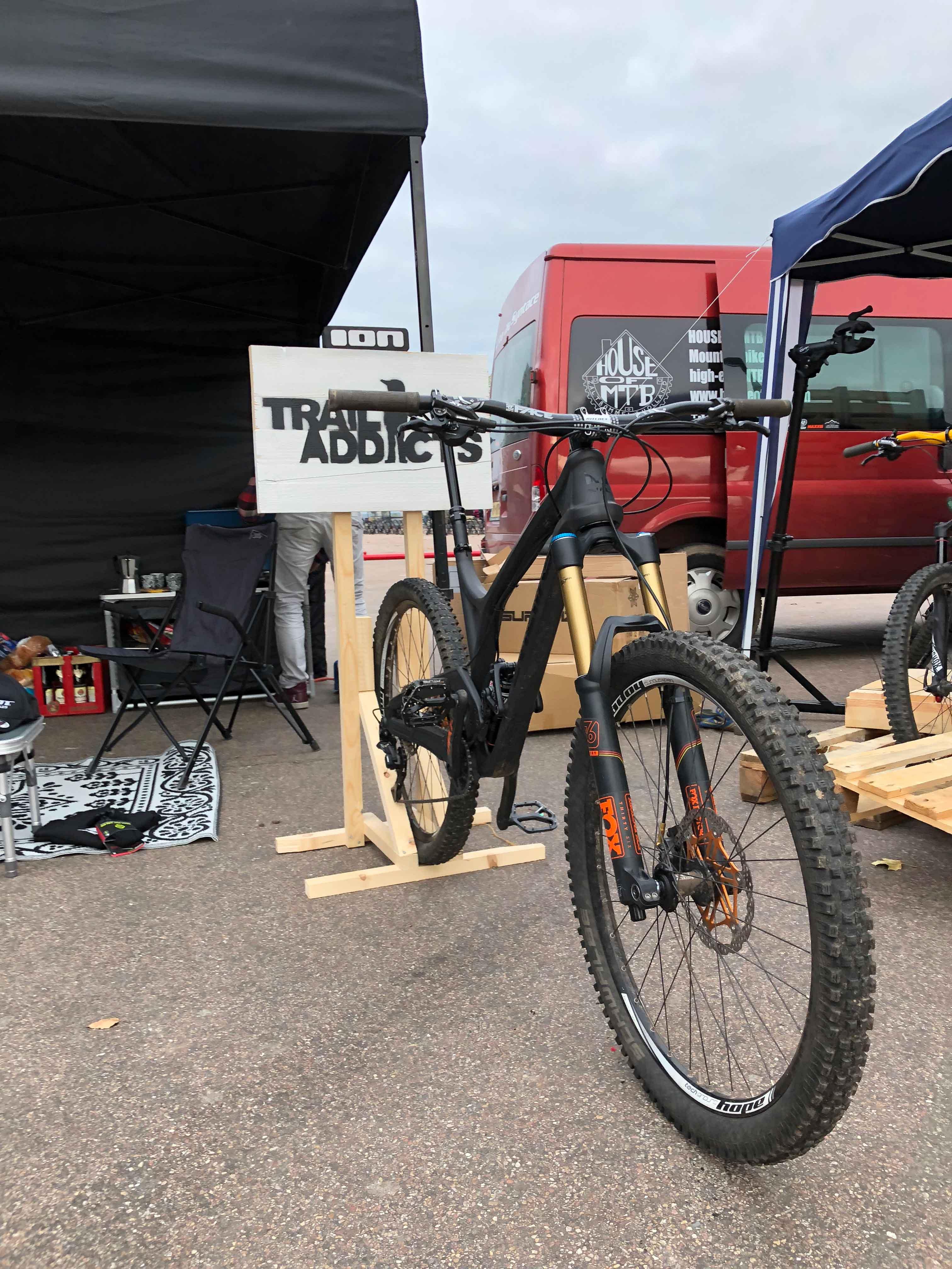 De Evil Insurgent in de speciaal gemaakte bikestandaarts voor de city downhill