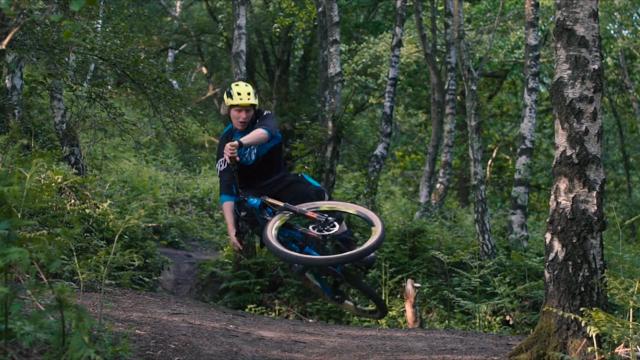 Bernard Kerr trickt over een jump