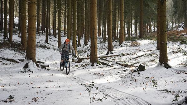 De Trails zijn met sneeuw bedekt rond het drielandenpunt