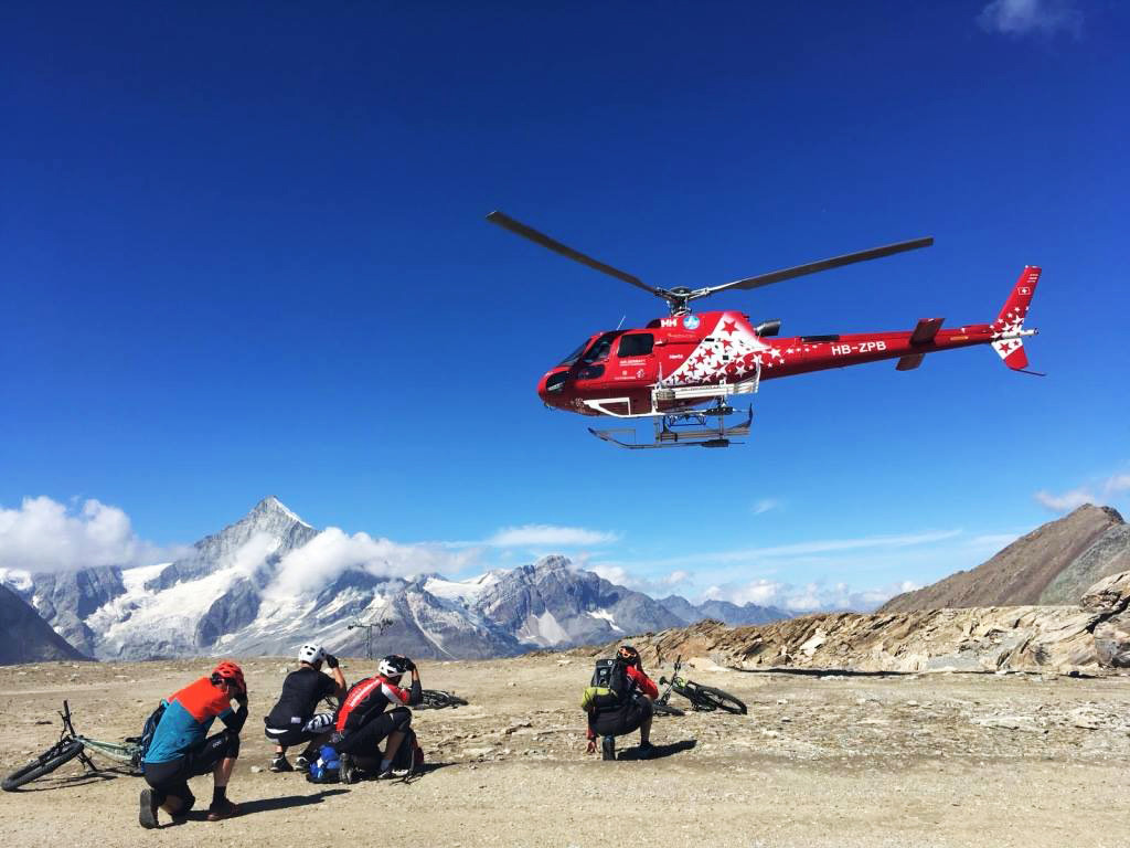 helicopter met mountainbikers in zermatt