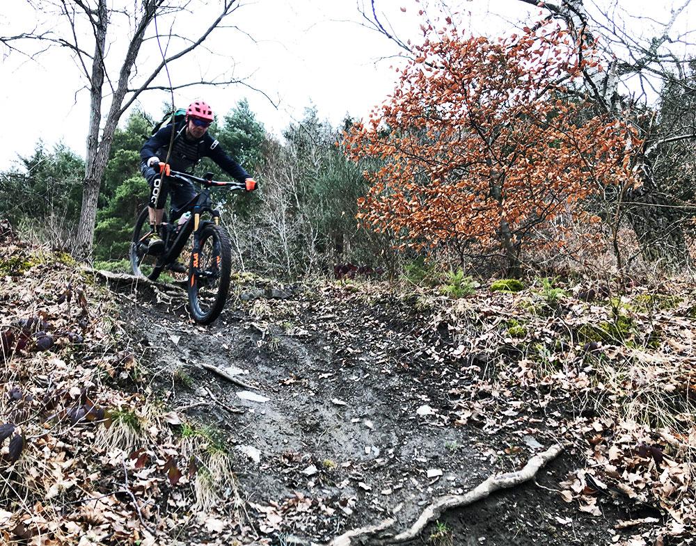 Bram rijdt een trail in Coo, België