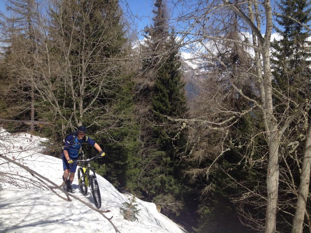 Stukje lopen met de MTB over de sneeuw