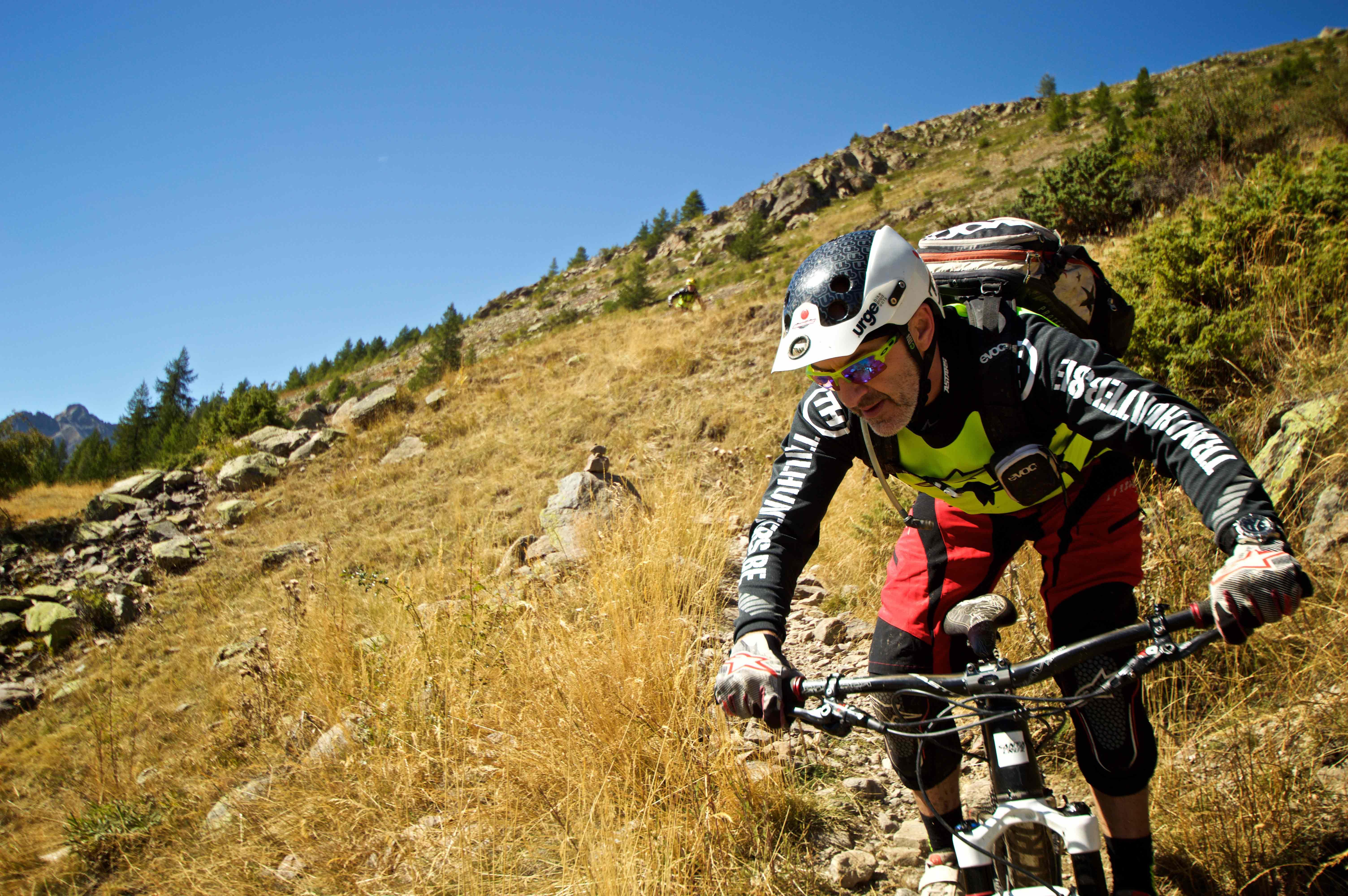 Werner van de Trailhunters rijdt over een trail vool met stenen