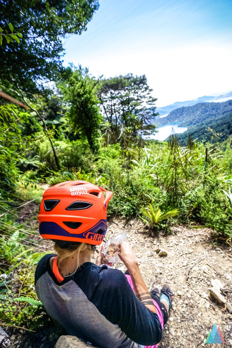 Luch tijd! Een rustig uitkijkend op het meer in Nieuw-Zeeland zit deze mountainbiker even uit te rusten