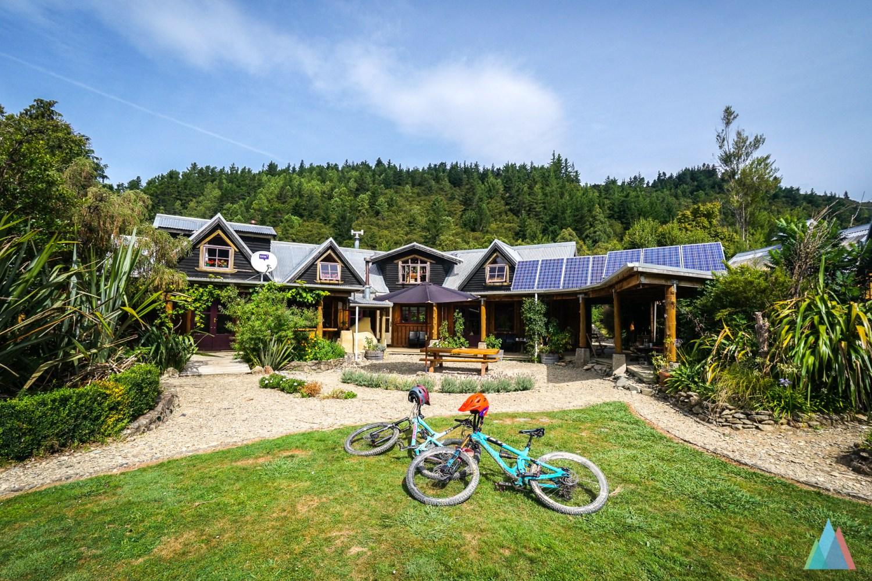 2 mountainbikes liggen op het groene gras voor een resort in Nieuw-zeeland