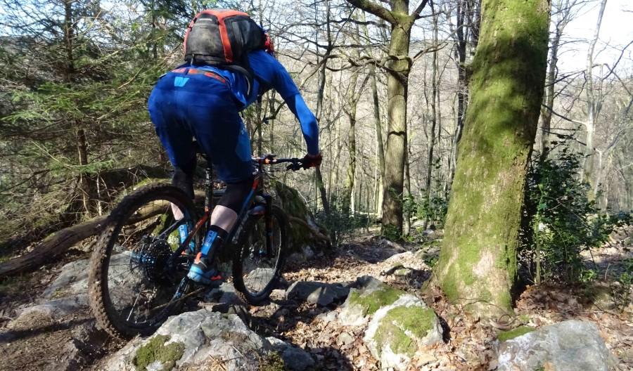 Een mountainbiker rijdt over een rockgarden in Remouchamps in België