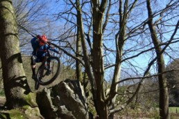 Mikey springt stijlvol over een grote steen in Remouchamps