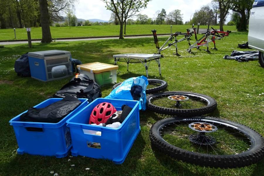 Spullen uitpakken. Bakken vol bikegear liggen overal!
