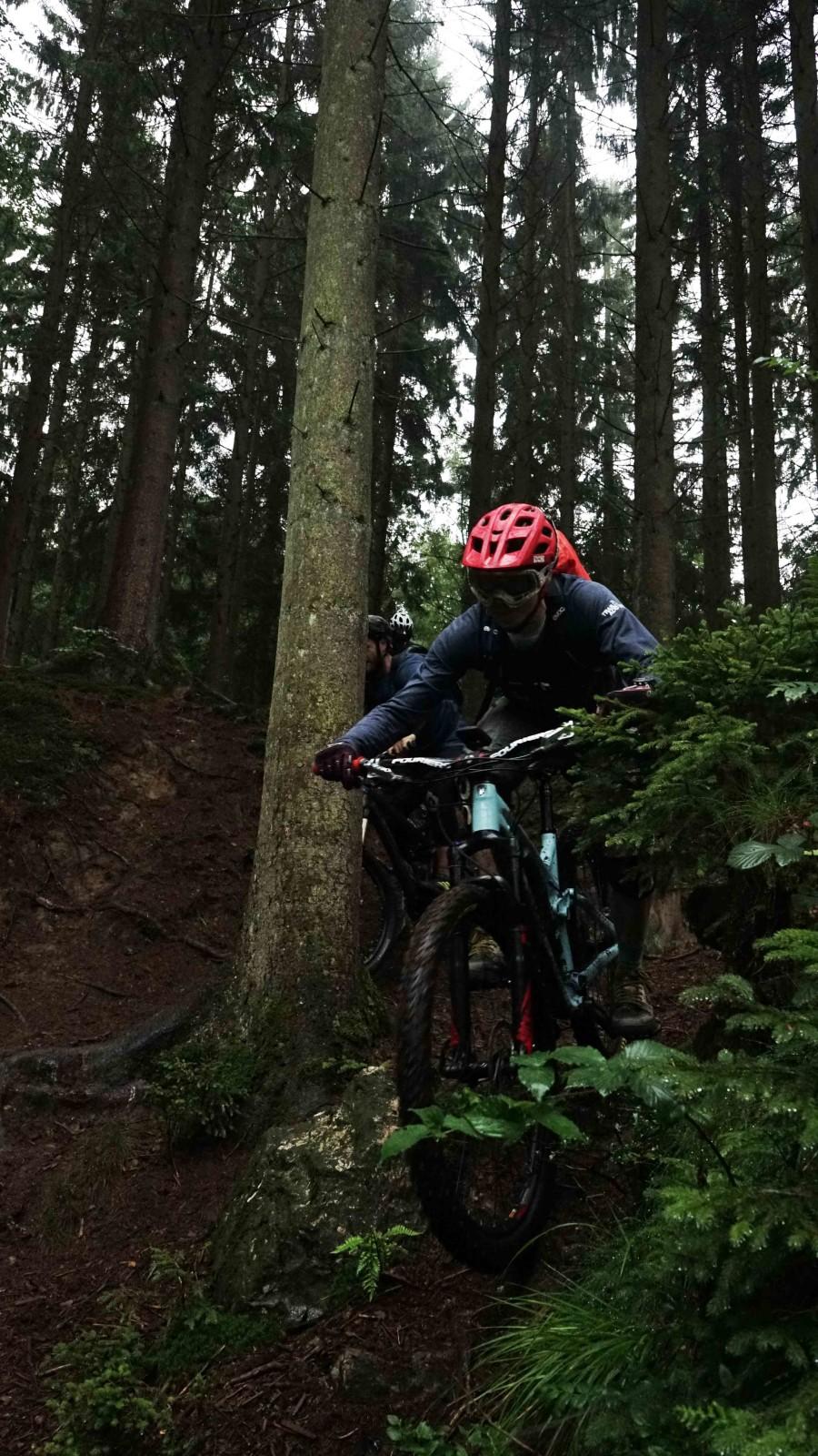 Bram rijdt over een trail in een donker bos bij Ninglinspo in België