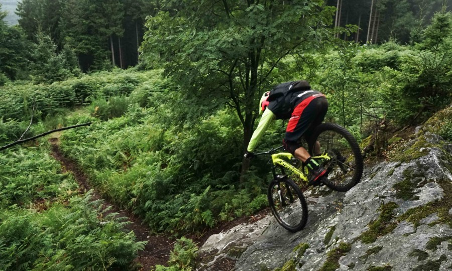 Job van de TrailHunters rijdt de rots in Remouchamps België