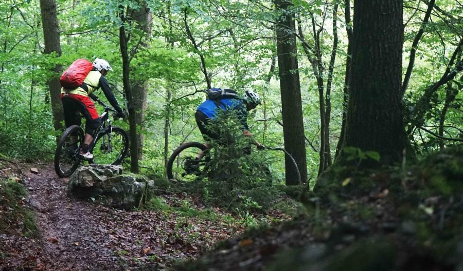 Werner van de Trailhunters rijdt een andere biker achter aan