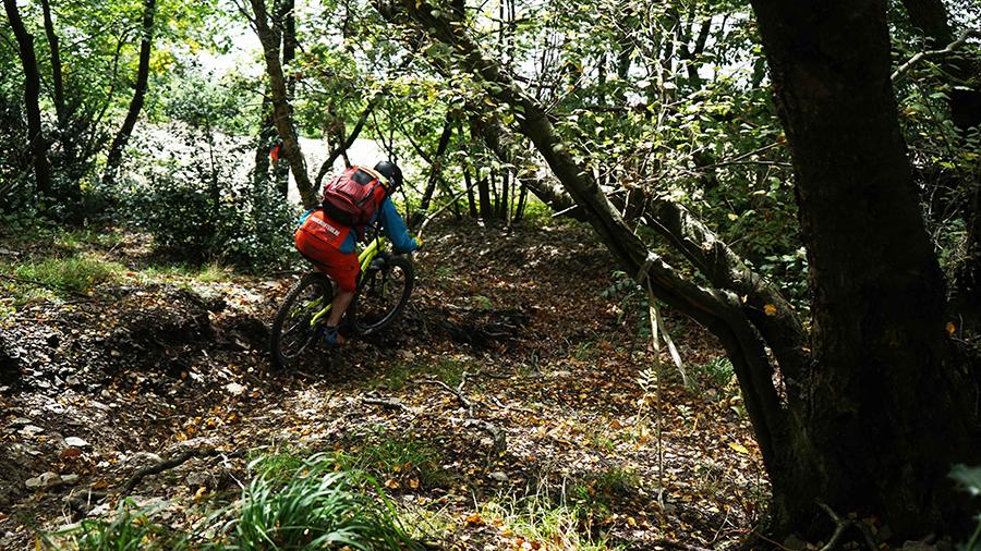 Martin van de Trailhunters.be rijdt een steil stuk trail in chaudfontaine