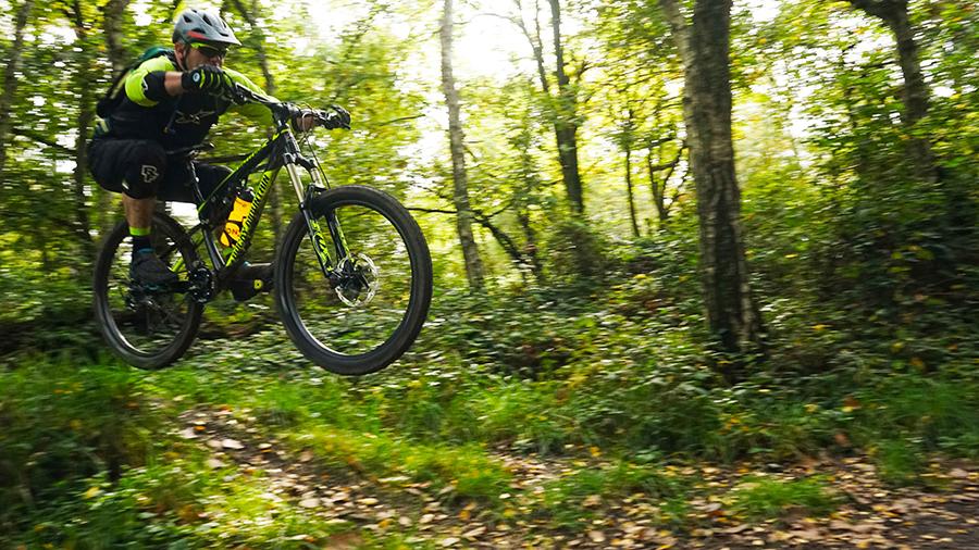 Paul springt over een heuvel in bikepark chaudfontaine