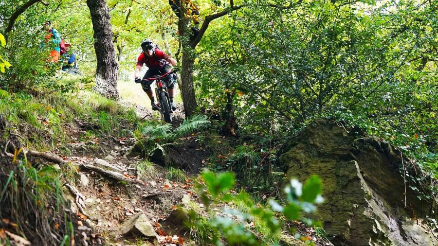 Tim rijdt een steile trail sectie in