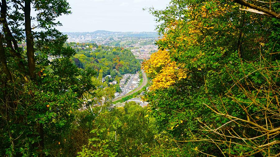 Mooi uitzicht over het dorp Chaudfontaine met herfst kleuren