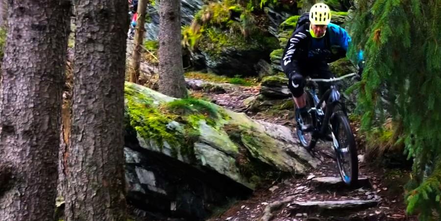 Didier rijdt over rotsen in Monschau