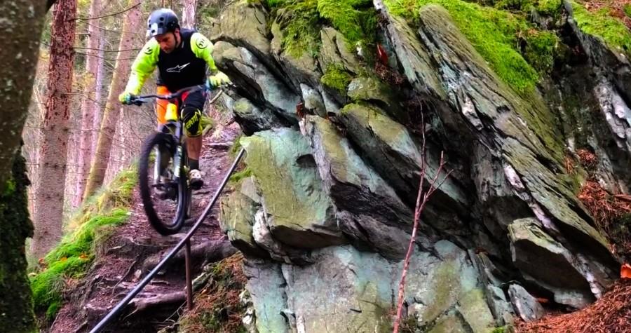 Martin rijdt een technische trap in tijdens de trial addicts ride