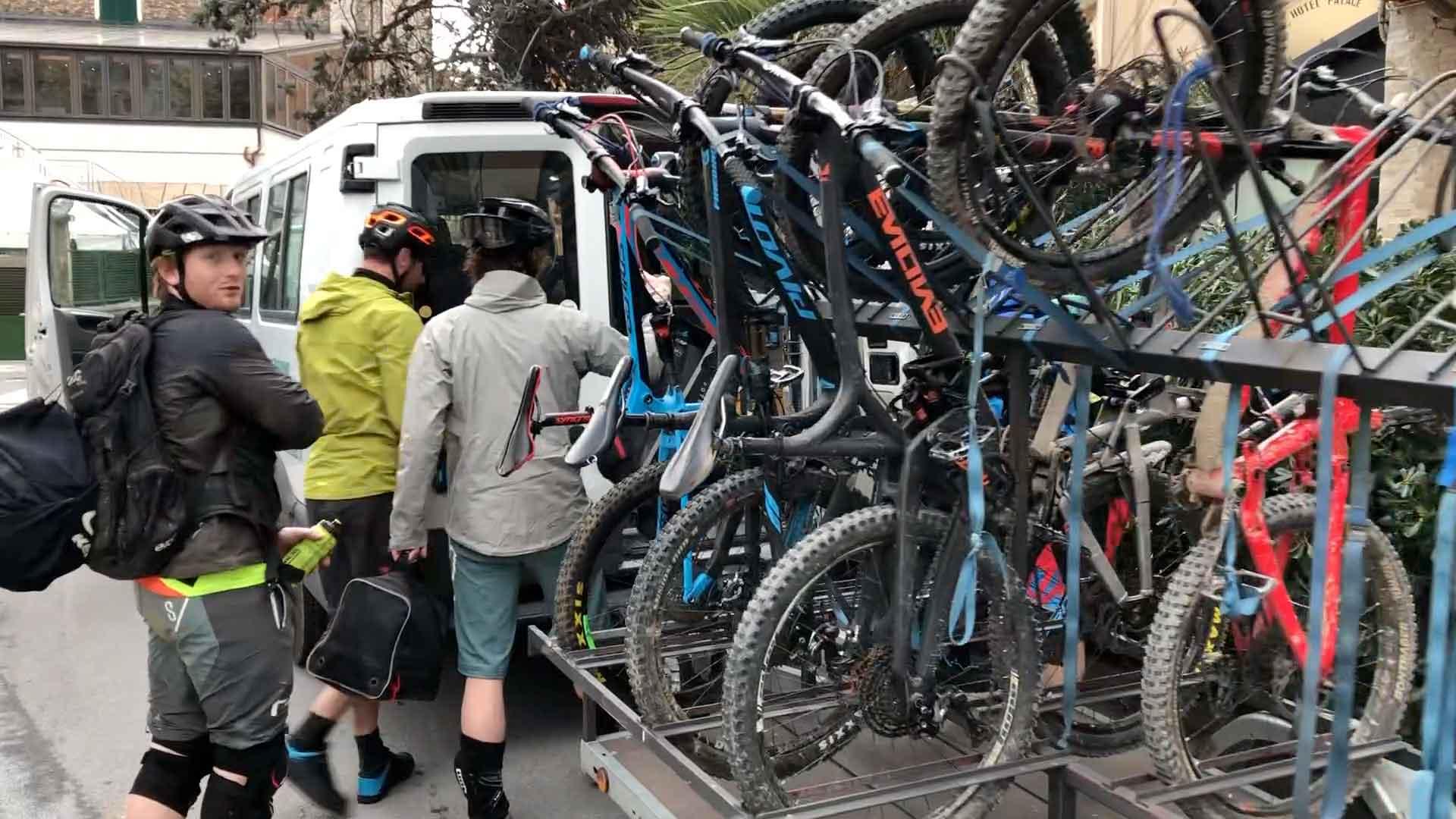 bike trailer met al onze mountainbikes