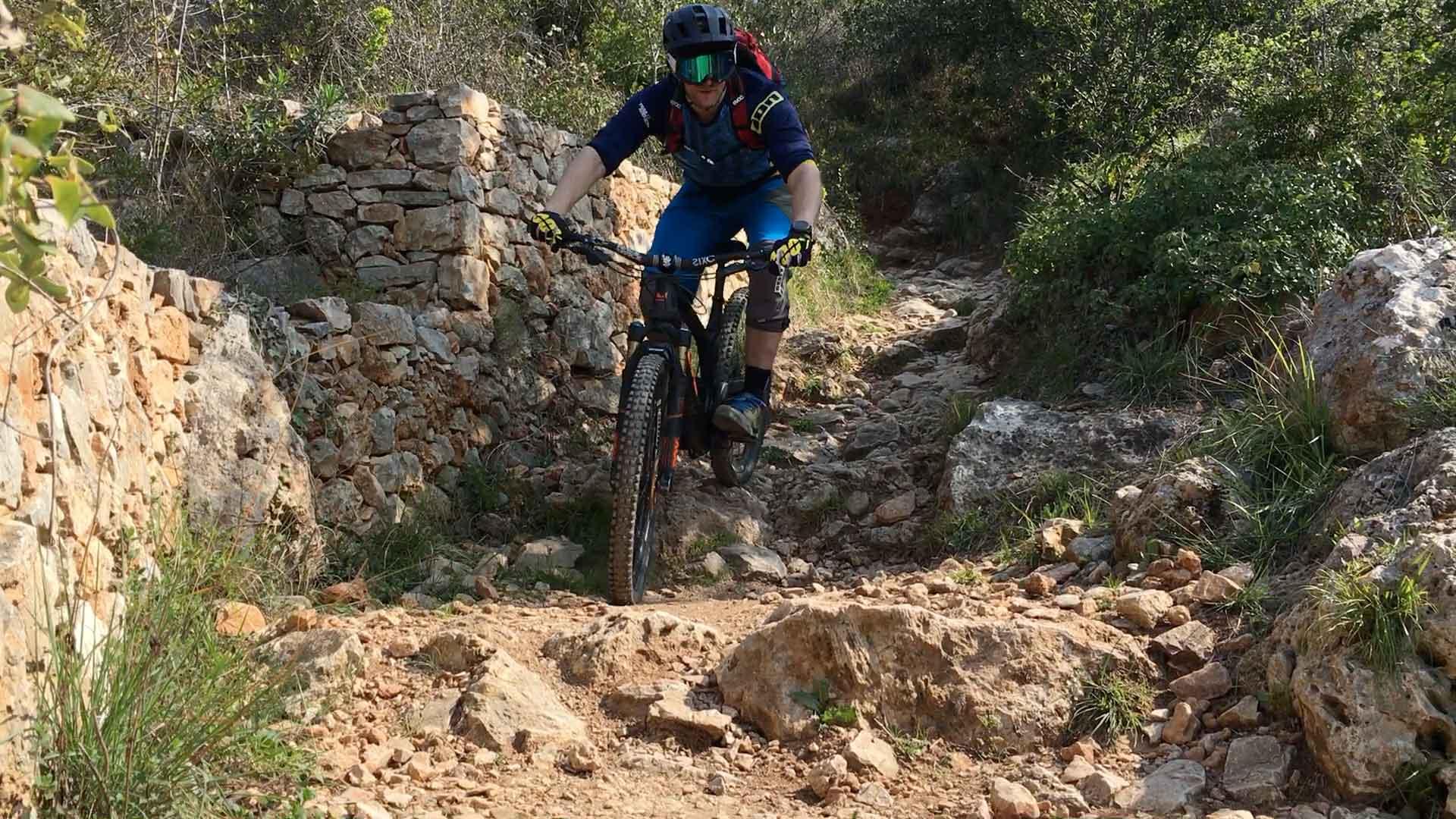 Rik Harms rijdt over een rots sectie in finale ligure