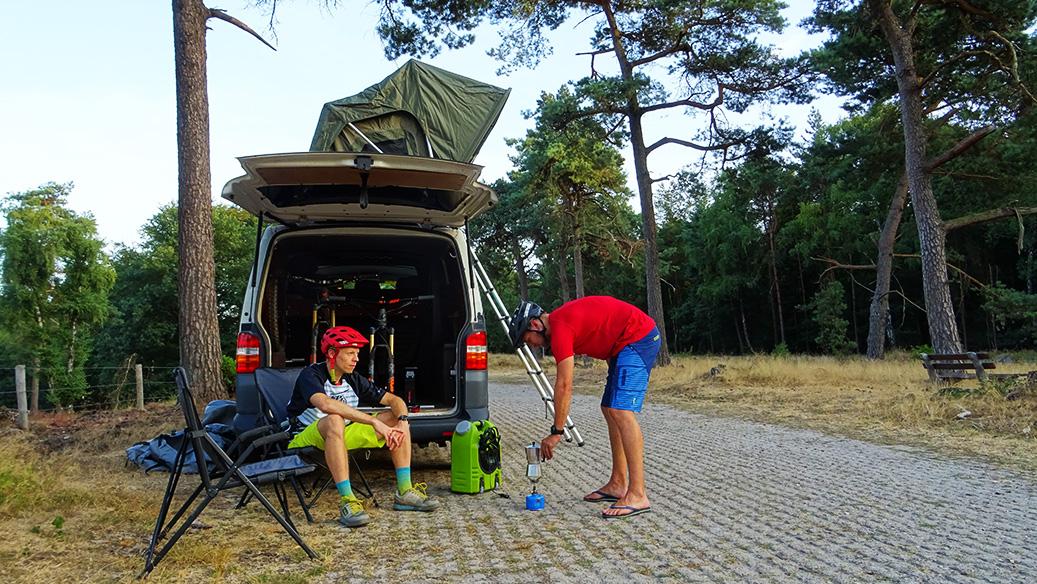 koffie zetten op de kampeer plek met de daktent