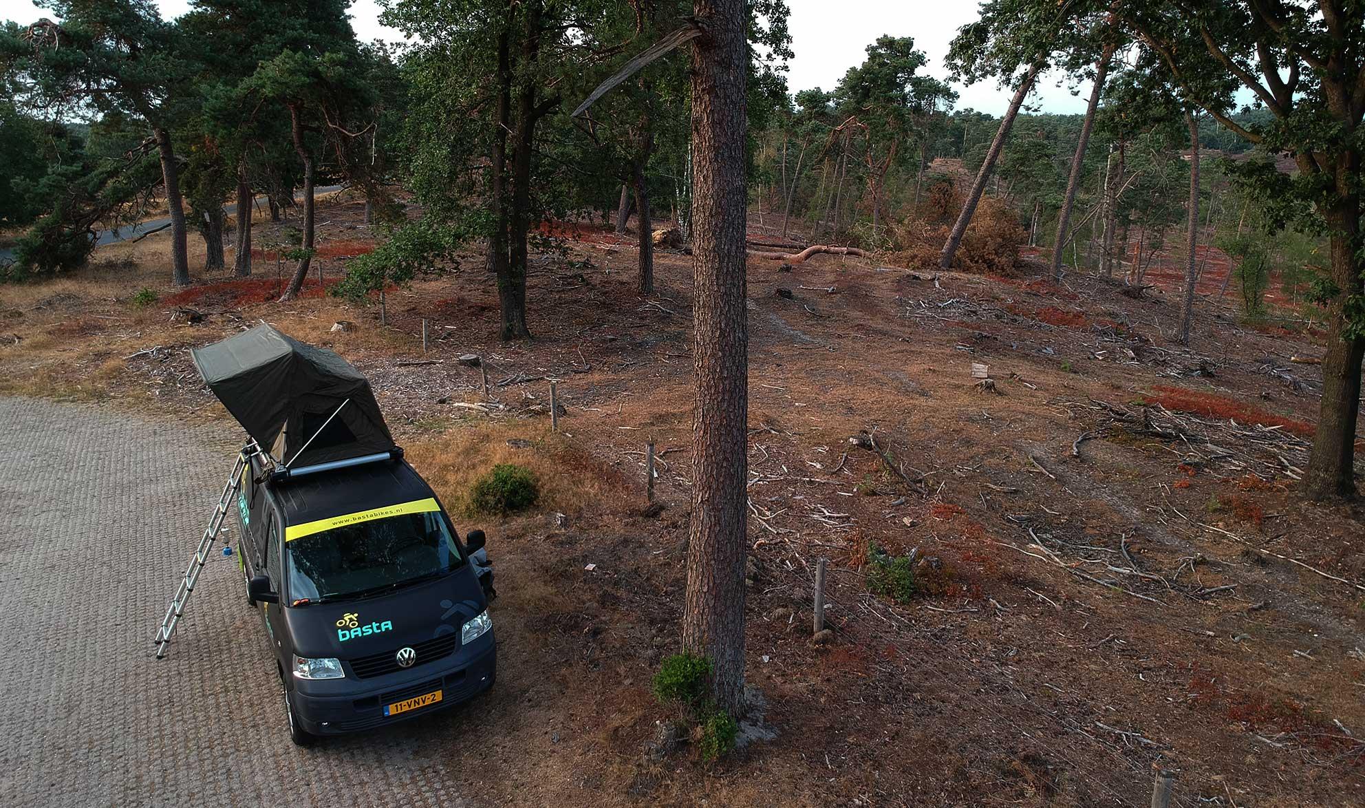 kampeer plek met een vw t5 daktent