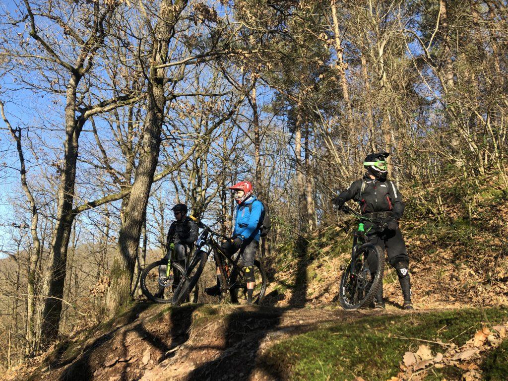 De bad boys staan te wachten voordat ze de trail in gaan in Remouchamps, bij Ninlingspo