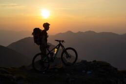 Zons ondergang in Oostenrijk met mountainbiker
